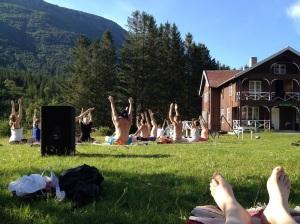 """Mange gjorde yoga etter middag. Selv inntok jeg posituren """"Sovende Bendik"""" med stor entusiasme."""